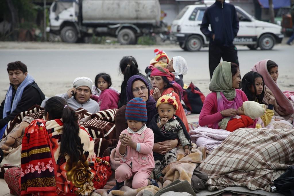 Deze vrouwen en kinderen moesten de nacht noodgedwongen op straat doorbrengen.