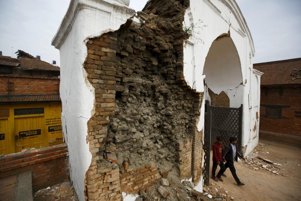 Een verwoeste poort in Bkaktapur, een grote stad in het centrum van Nepal.