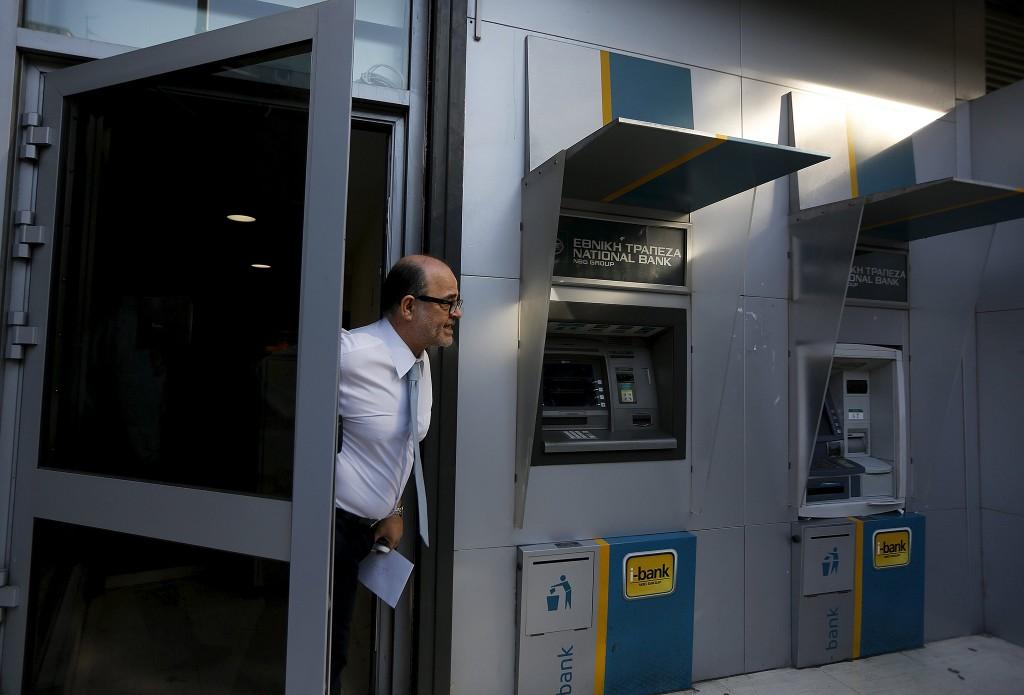 Een bankmanager in Athene deelt mede dat de bank gesloten blijft vandaag.