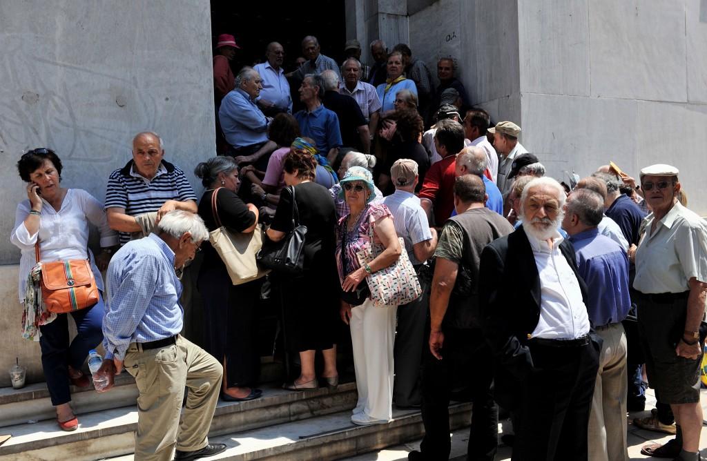 Gepensioneerden staan voor een vestiging van de Griekse centrale bank in Thessaloniki.