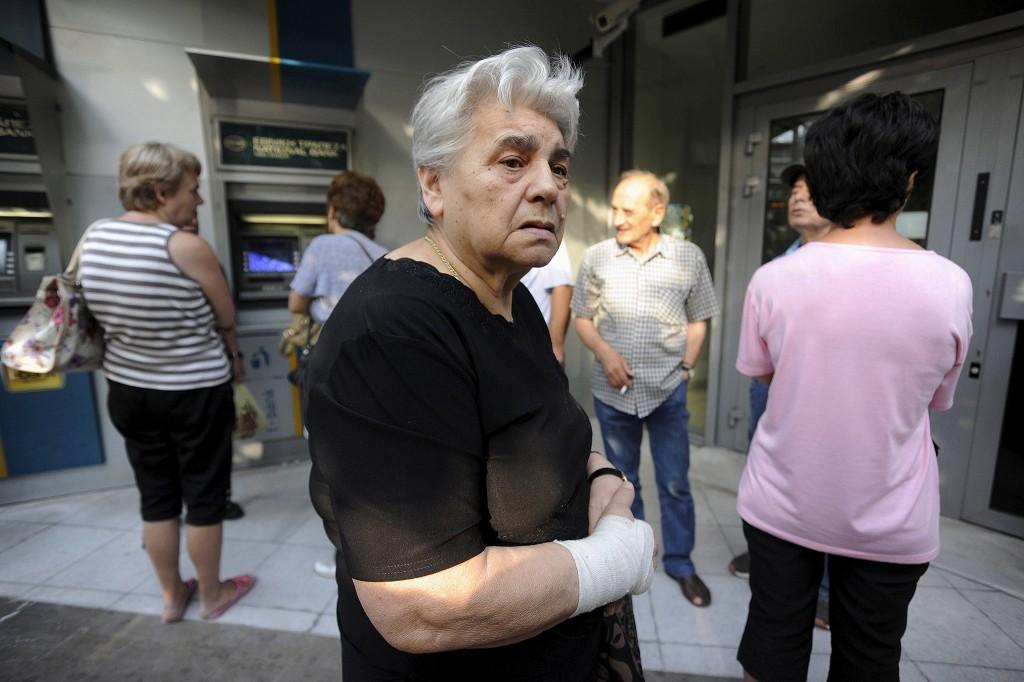 Bij pinautomaten in Griekenland ontstonden dit weekend lange rijen, onder meer in Athene. Deze week blijven de banken dicht. Grieken mogen vanaf vandaag maximaal 60 euro pinnen.