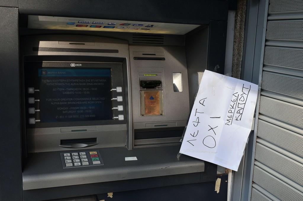 """Op een papiertje bij een Grieks pinautomaat staat: """"Geen geld, Merkel kaput""""."""