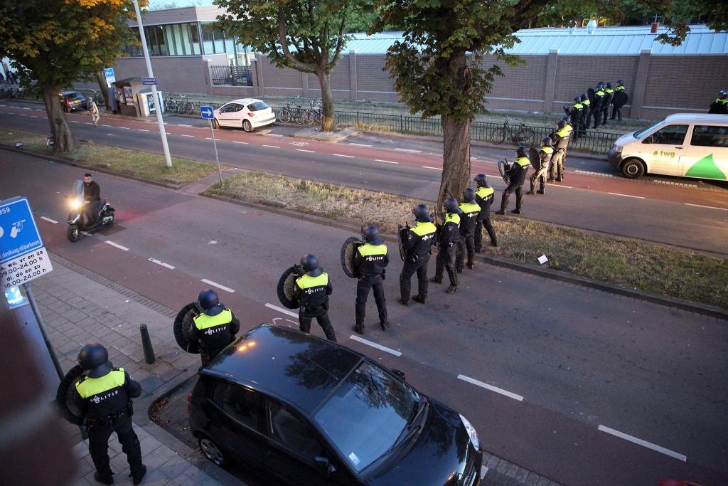 De ME houdt betogers op gepaste afstand van het politiebureau