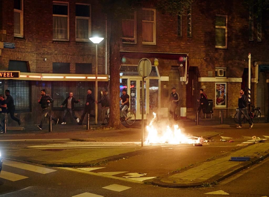 De jonge relschoppers stichten op verschillende plekken in de Haagse Schilderswijk brandjes