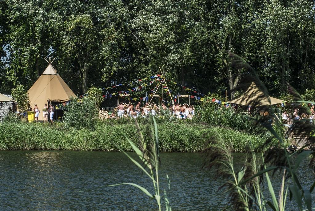 Op de derde, wederom zonnige, dag van het festival was het druk in de sauna.