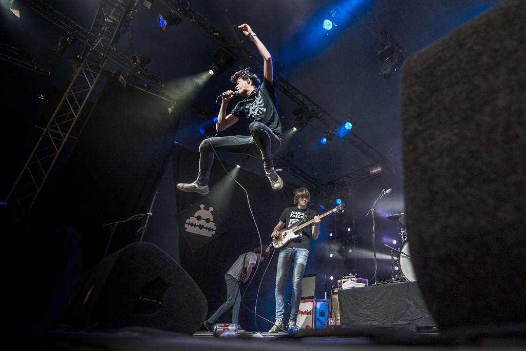 """Het optreden van garageband Afterpartees afgelopen zondag in Biddinghuizen. De band bestaat uit vijf """"feestneuzen uit het Limburgse Horst"""", die hun bewondering voor dorpsgenoten De Heideroosjes omsmolten tot een eigen punkrock- en powerpopbandje."""