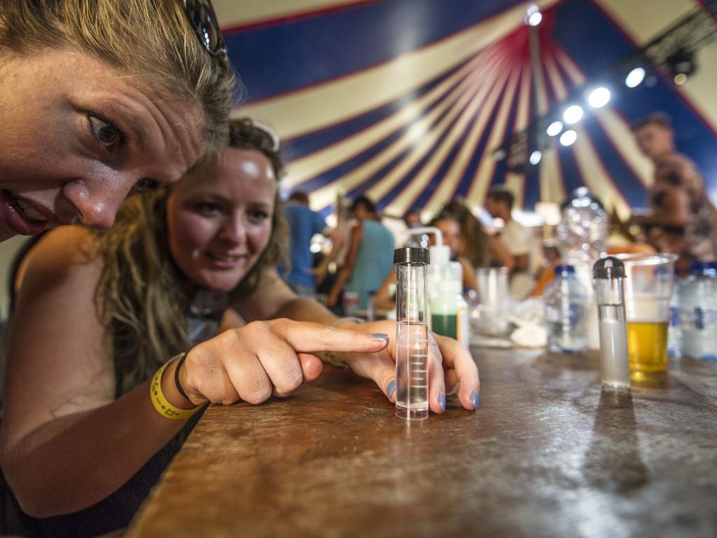Het LUMC laat bezoekers live hun eigen DNA zichtbaar maken op dag 2 van de 23ste editie van Lowlands.