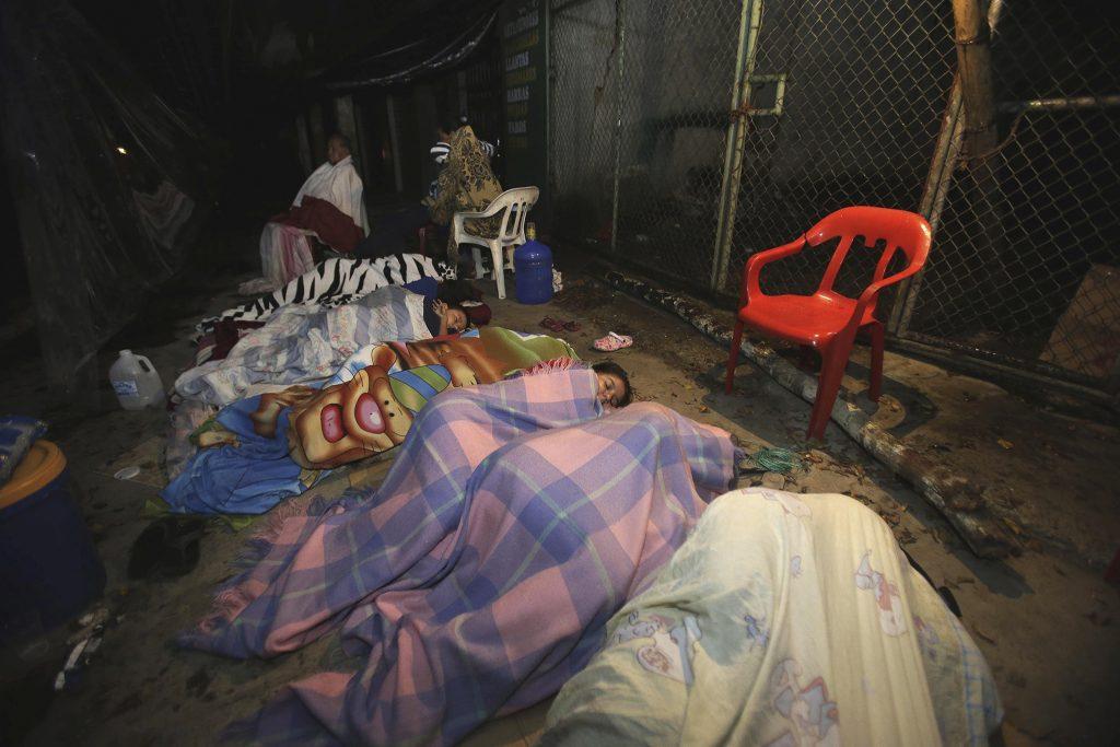 In het kustplaatsje Pedernales slapen bewoners op straat.