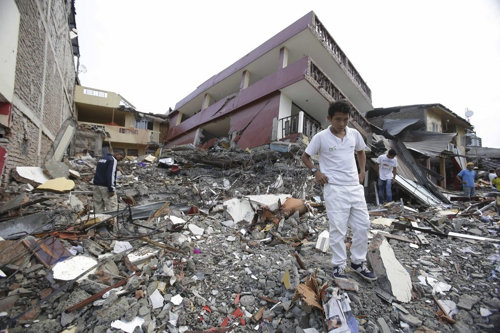 Mensen zoeken in de puinhopen naar hun eigendommen.