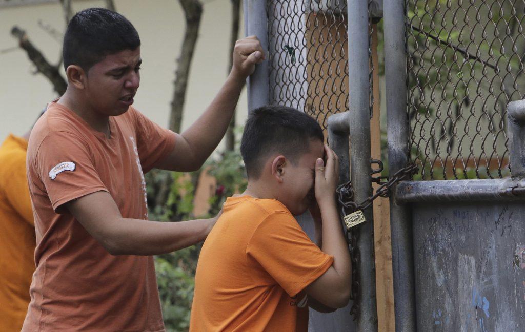 Een jongen rouwt om zijn zusje, die bij de aardbeving om het leven is gekomen.