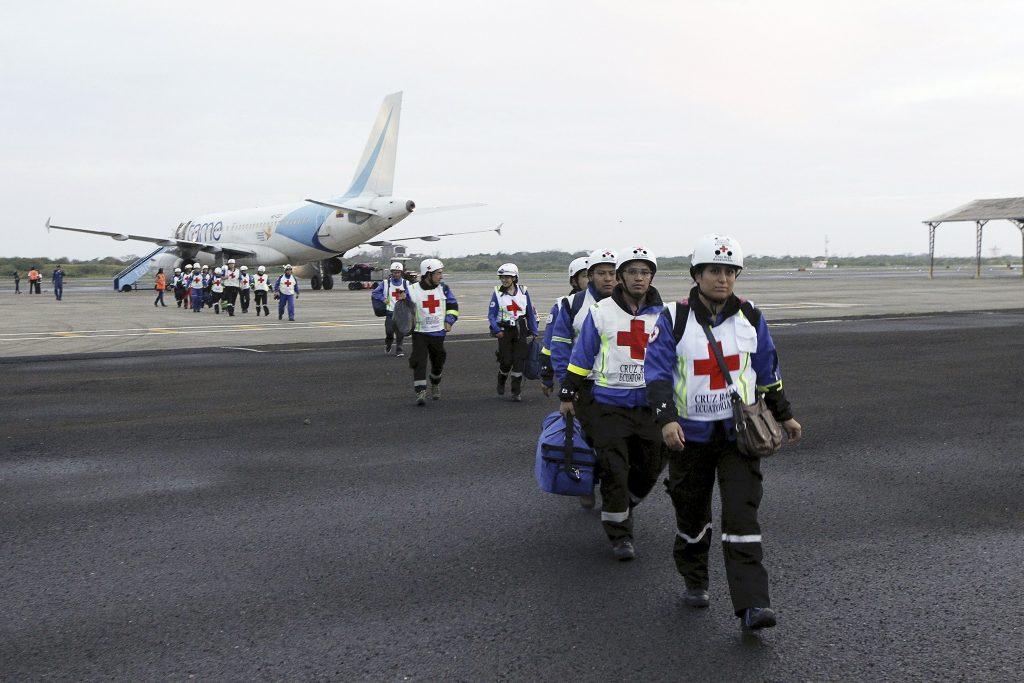 Medewerkers van het Rode Kruis arriveren op de Eloy Alfaro-luchthaven.