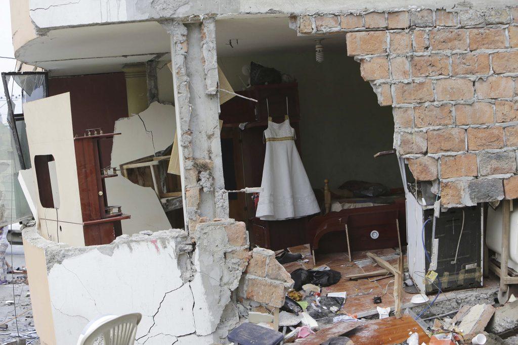 In de kustplaats Pedernales zijn de huizen verwoest.