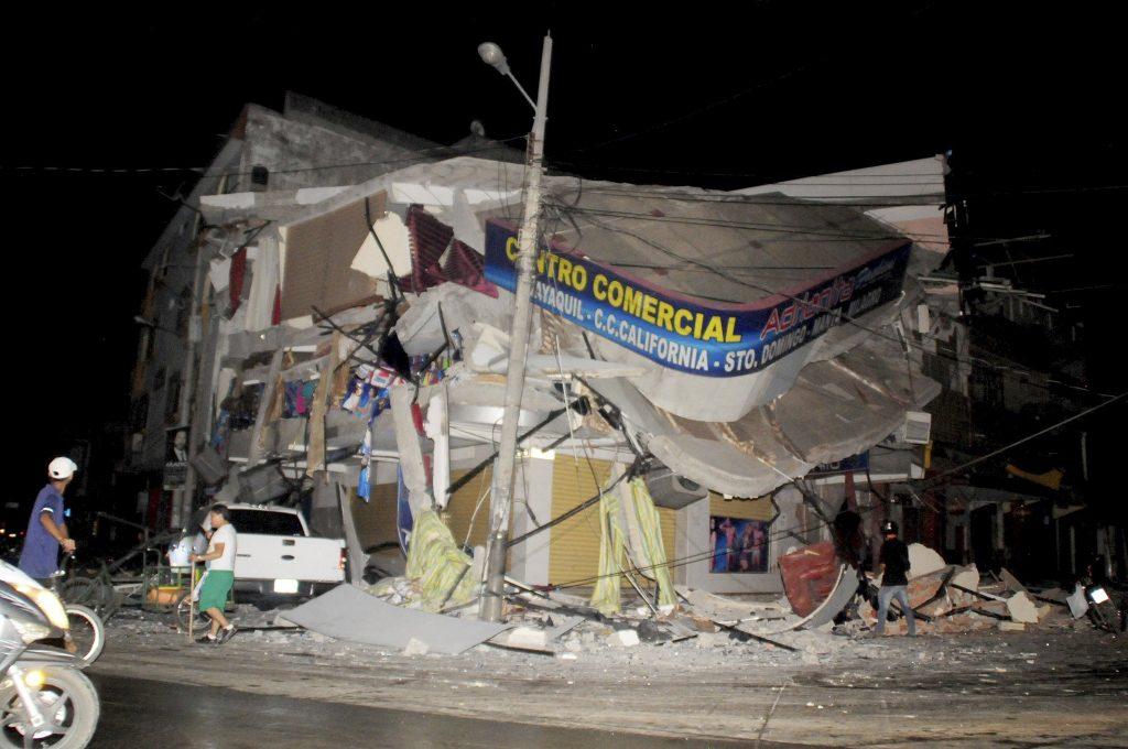 Vernietigde gebouwen in de stad Manta.
