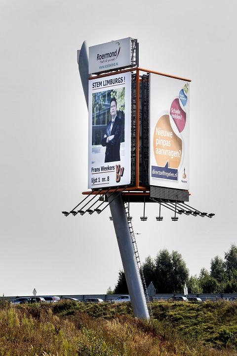 De 35 meter hoge reclamezuil van Frans Weekers langs de A73 bij Roermond. Foto NRC / Chris Keulen
