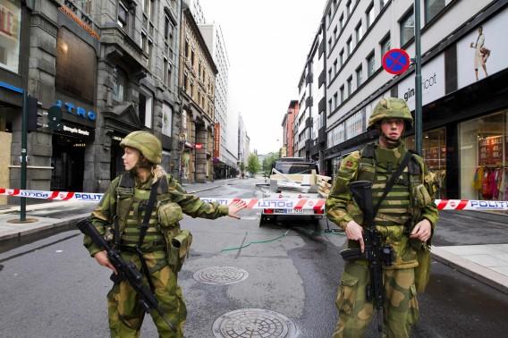 Soldaten bewaken een gebied in Oslo, vandaag. Gebouwen in de Noorse hoofdstad worden extra beveiligd na de bomexplosie van gisteren. Foto Reuters / Berit Roald