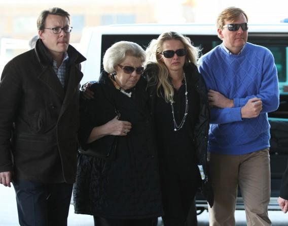 Prins Constantijn, Koningin Beatrix, Mabel Wisse Smit en Prins Willem-Alexander toen ze vandaag arriveerden bij het ziekenhuis. Foto AFP / Pierre Teyssot