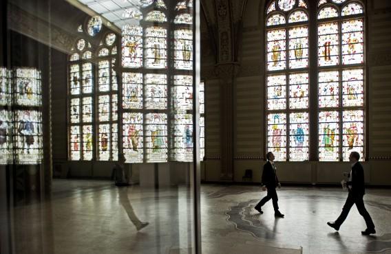 Gang in het Rijksmuseum met glas-in-loodramen. Foto ANP / Olaf Kraak