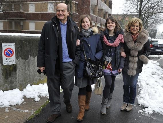 Bersani met zijn vrouw Daniela en zijn dochters Elisa en Margherita. Foto Reuters / Paolo Bona