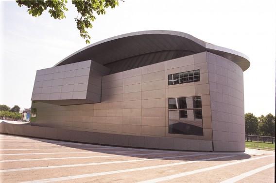 De aanbouw van het museum in 1999. Deze helft wordt nu aangevuld met een glazen ingang. Foto Van Gogh Museum / Kippa