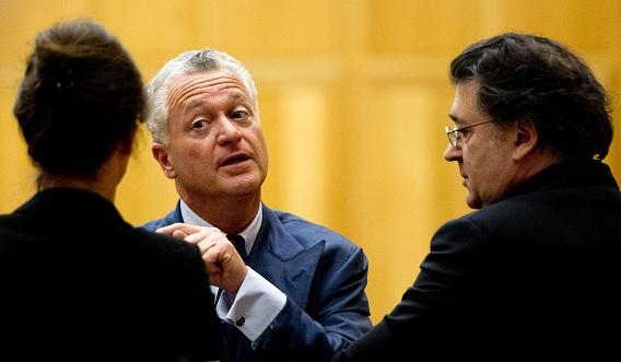 Bram Moszkowicz en schrijver Leon de Winter tijdens de schorsing gisteren in het hoger beroep tegen de uitspraak an de tuchtrechter dat hij als advocaat moet worden geschrapt. Foto ANP / Robin Utrecht