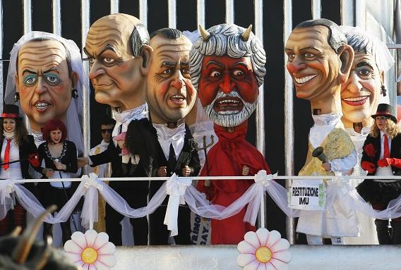 Maskers van politieke leiders tijdens carnaval in Viareggio. Van links naar rechts: Alfano, Luigi Bersani, Antonio Di Pietro, Beppe Grillo, Silvio Berlusconi en Niki Vendola . Foto AFP / Fabio Muzzi